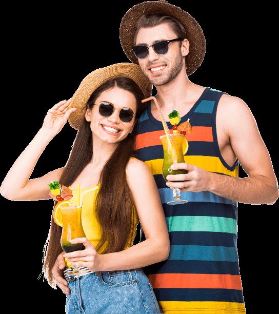 Młoda para kobieta i mężczyzna ubrani w stroje kąpielowe, trzymają drinki i cieszą się z wakacji z RelaxTourist!