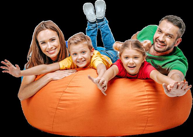 Szczęsliwa rodzina, mama, syn, córka i tata. Cieszą się z bezpieczeństwa dzięki ubezpieczeniu RelaxTourist!