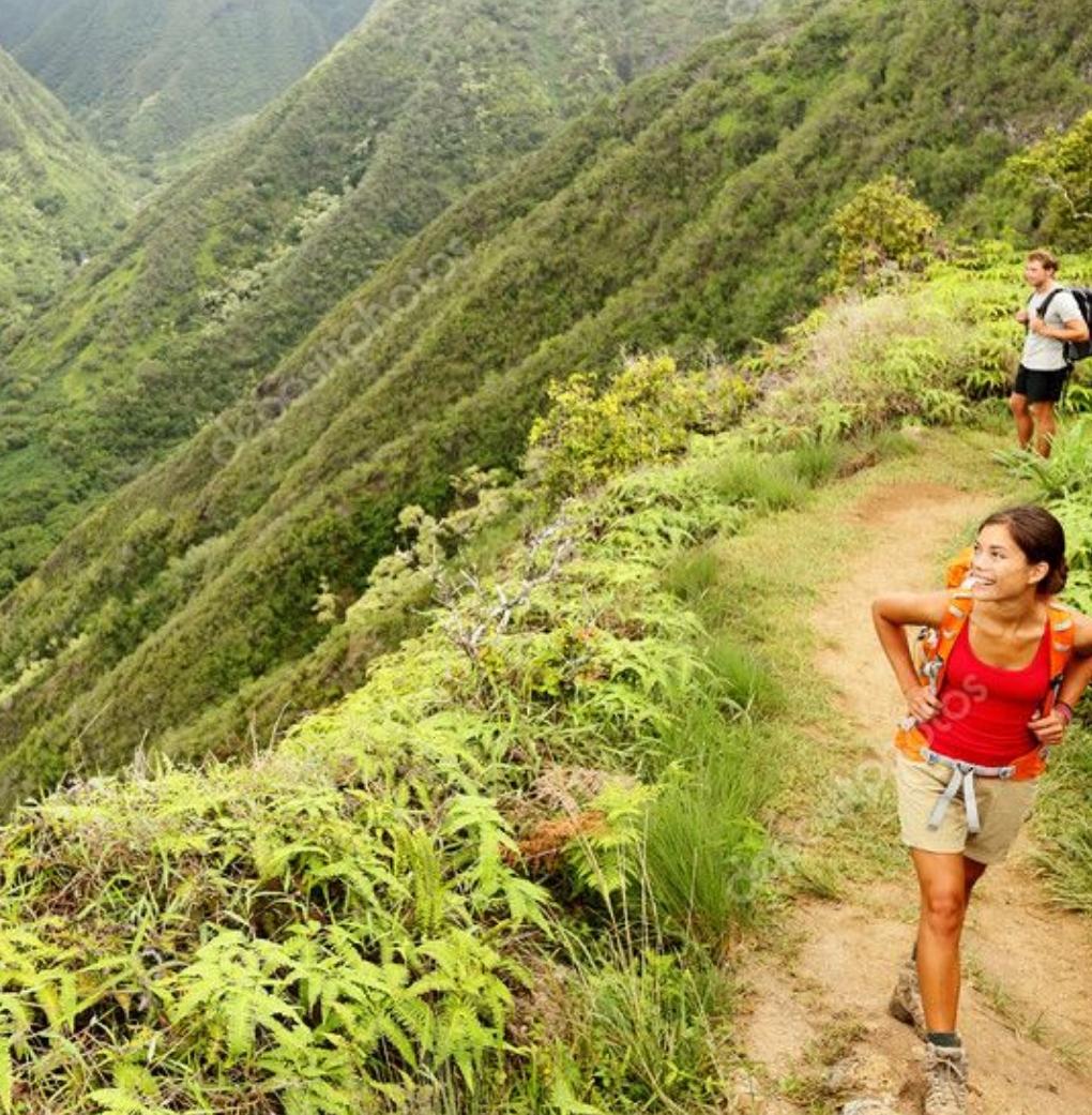 Dwoje młodych ludzi spaceurje po górach
