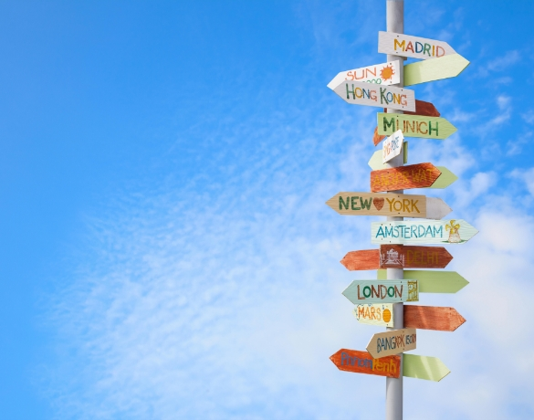 Znaki na słupie, które mają nazwy popularnych miast